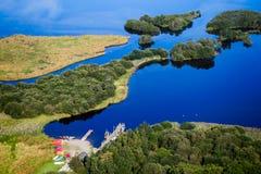 DERWENTWATER, CUMBRIA/UK - 31 AOÛT : Canoës sur Shoreline o photographie stock libre de droits