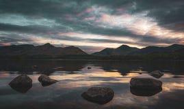 Derwentwater en la puesta del sol imagen de archivo libre de regalías