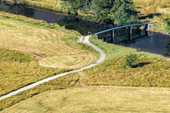 DERWENTWATER SJÖ DISTRICT/ENGLAND - AUGUSTI 31: Sikt av en brid Royaltyfri Fotografi