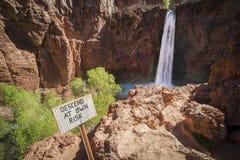 Desça em próprio risco, quedas de Havasu, Grand Canyon, o Arizona imagens de stock royalty free