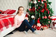 Deséele una Feliz Navidad Muchacha con regalos de Navidad Sensación feliz al Año Nuevo imagen de archivo