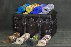 Des écharpes de laine du ` s de femmes sont empilées Images libres de droits