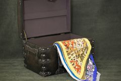 Des écharpes de laine du ` s de femmes sont empilées Photo stock
