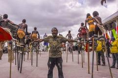des Échasse-marcheurs sont guidés sur l'étape à la savane de parc du ` s de reine pendant le carnaval au Trinidad Image stock