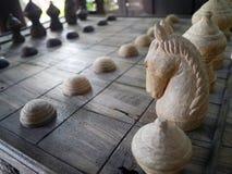 Des échecs en bois thaïlandais antiques ont été rayés sur le conseil Photo stock