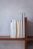 Des étagères à livres en bois Photo stock