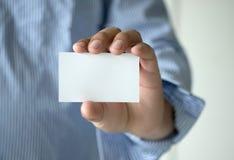 Des кредитной карточки визитной карточки выставки человека съемки крупного плана белый пластичный Стоковое Изображение