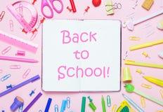 Des accessoires d'école sont présentés sous forme d'arc-en-ciel et de notrbook Photographie stock libre de droits