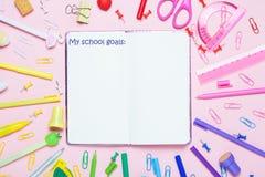 Des accessoires d'école sont présentés sous forme d'arc-en-ciel et de notrbook emty Images libres de droits