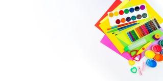 Des accessoires d'école sont présentés sous forme d'arc-en-ciel Fond blanc Copiez l'espace drapeau image libre de droits