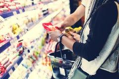 Des achats de couples pour la nourriture images stock