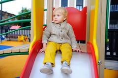 Des Active Spiel draußen für kleine Kinder Stockbild