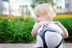 Des Active Spiel draußen für kleine Kinder Stockfotos