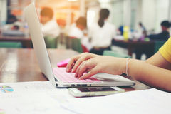 Des affaires, éducation, les gens et concept de technologie - fermez-vous des mains femelles dactylographiant sur le clavier de l Image stock