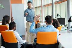 Des affaires, démarrage, présentation, stratégie et concept de personnes - équipez faire la présentation à l'équipe créative au b Image libre de droits