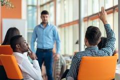 Des affaires, démarrage, présentation, stratégie et concept de personnes - équipez faire la présentation à l'équipe créative au b Image stock