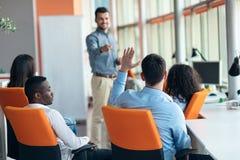 Des affaires, démarrage, présentation, stratégie et concept de personnes - équipez faire la présentation à l'équipe créative au b Photographie stock