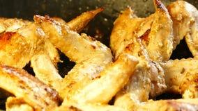 Des ailes de poulet sont faites frire dans une poêle Dîner du poulet L'huile chaude bout dans une poêle banque de vidéos
