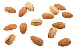 Des amandes et les pistaches sont dispersées Image libre de droits