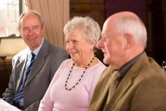 Des amis plus âgés dans le restaurant Photos stock