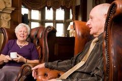 Des amis plus âgés dans le salon d'hôtel Images stock