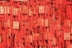Des amulettes sont accrochées sur un mur (Chine) Image stock