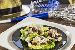 Des apéritifs de fromage de bateau de laitue sont servis à une fête de vacances de la veille de nouvelles années Photo libre de droits