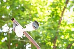 Des appareils-photo de télévision en circuit fermé sont installés au bel arrière-plan vert naturel de jardin brouillé Appareils-p photo stock