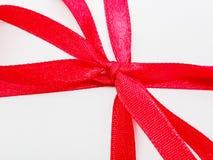 Des arcs rouges de ruban sont employés comme cadeaux Photo stock