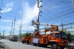 Des ascenseurs sont employés pour fixer l'électricité, Thaïlande Images stock