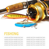 Des attirails de pêche sont isolés sur un fond blanc Photo libre de droits