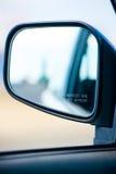 Des Autospiegels der hinteren Ansicht unscharfe Gegenstandwarnung Stockbilder