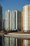 Des bâtiments modernes sont construits près de la vue de verticale de rivière Images libres de droits