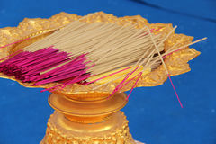 Des bâtons d'encens sont déposés dans une cuvette (Thaïlande) Photographie stock