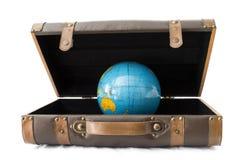Des bagages avec un globe à l'intérieur Photo libre de droits