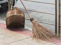 Des balais et les accessoires soient préparés pour le personnel d'une façon ordonnée Pour se réunir, nettoyez les trottoirs et le photo libre de droits