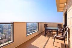 Des Balkons Stadtzentrum herein der modernen Stadt Stockfoto