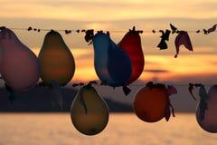 des ballons colorés sont liés Photo stock