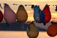 des ballons colorés sont liés Photo libre de droits