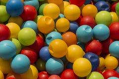 des ballons colorés sont liés Photographie stock libre de droits