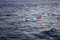 Des ballons sont alignés sur l'eau Photographie stock libre de droits