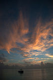 Des bateaux plus de poisson pendant le lever de soleil en mer Tout à fait océan sous la couleur Image stock