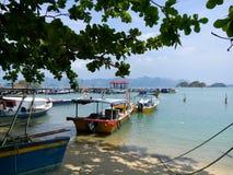 Des bateaux sont étroitement attachés à un arbre images libres de droits