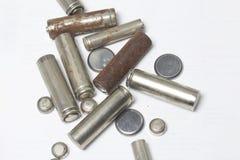 Des batteries de rebut de différents types sont dispersées Photographie stock