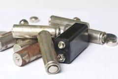 Des batteries de rebut de différents types sont dispersées Sur un fond blanc Images stock