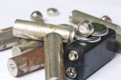 Des batteries de rebut de différents types sont dispersées Sur un fond blanc Image stock