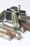 Des batteries de rebut de différents types sont dispersées Sur un fond blanc Photo libre de droits