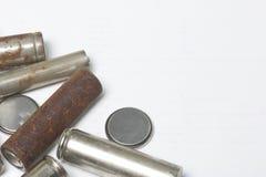Des batteries de rebut de différents types sont dispersées Sur un fond blanc Vue de ci-avant Photos stock