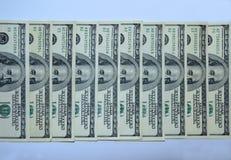 Des billets de banque des dollars sont empilés dans une rangée Images libres de droits