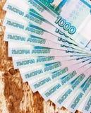 Des billets de banque russes dans les dénominations de 1000 roubles sont étendus sur une fan Image libre de droits